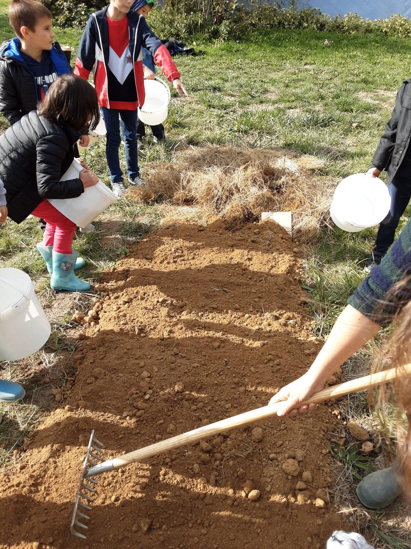 Un jardin bio dans notre école – Les CE sèment leurs premières graines!