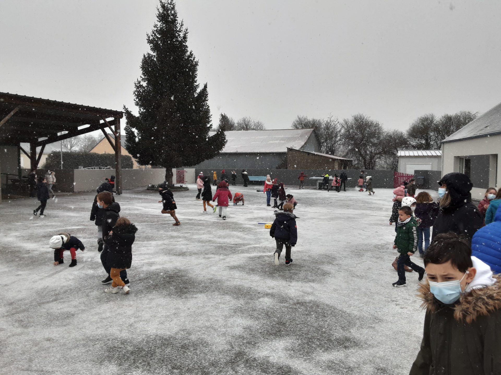 Jeudi 11 février 2021, il neige à l'école!